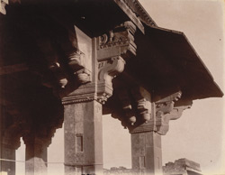 Close view of capital of column on the verandah of Miriam's House, Fatehpur Sikri 1003610